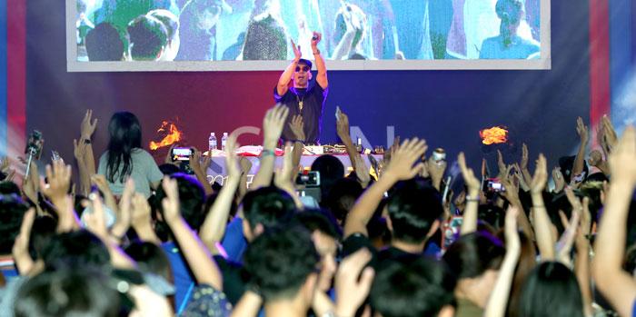 ▲ 클론의 구준엽이 DJ Koo로 변신해 After DJ party에서 마라톤 동호인과 시민들을 열광의 도가니로 몰아가고 있다.