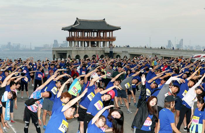 ▲ 마라톤 동호인들이 출발에 앞서 준비운동으로 몸을 풀고 있다.