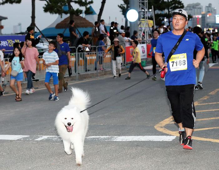 ▲ 한 동호인이 반려견과 함께 힘차게 달리고 있다.