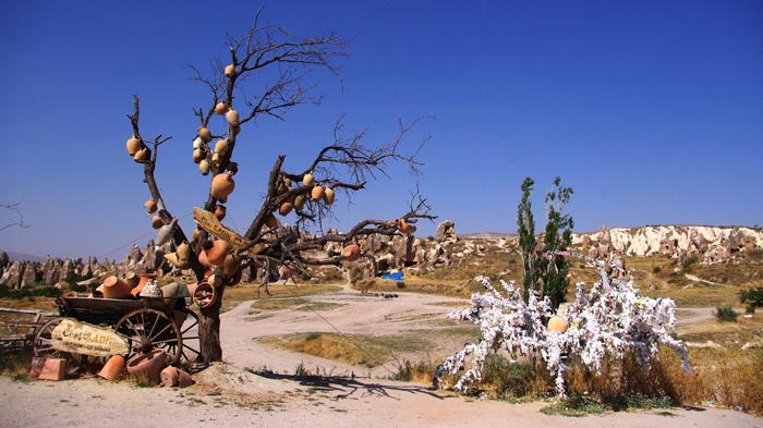 ▲ 기암괴석을 깎아 만든 동굴수도원이 있는 괴레메는 도자기로도 유명하다.