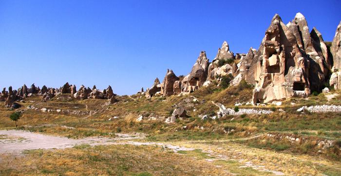 ▲ 기묘하게 솟은 바위로 인해 외계에 온 듯한 느낌을 주는 터키 중부 지역.