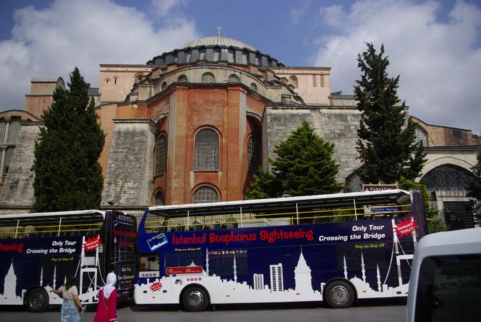 ▲ 세인트 소피아 성당. 관광객들이 타고 온 2층 버스가 보인다.