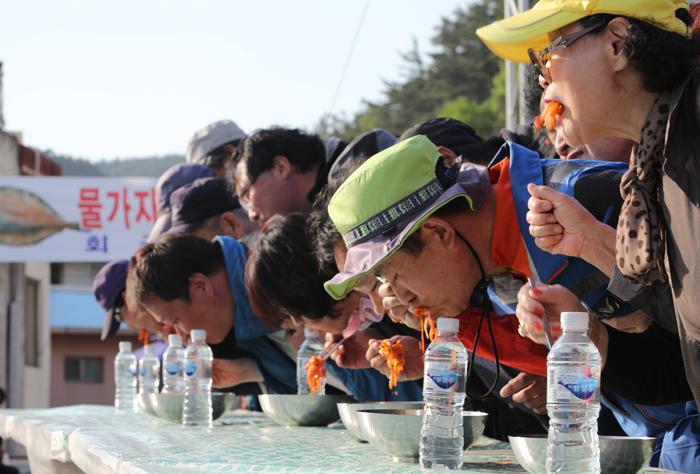 ▲ `영덕 물가자미-막회 축제`를 찾은 사람들이 즐거운 한때를 보내고 있다.