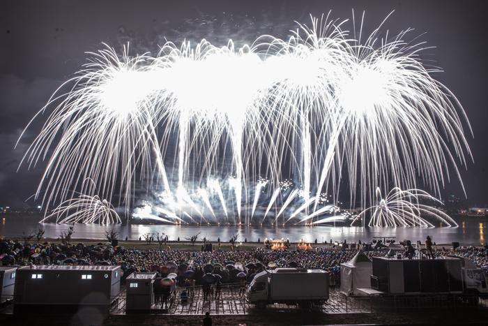 ▲ 구미시가 동락공원 일대에서 개최한 구미낙동강 수상불꽃축제 모습.
