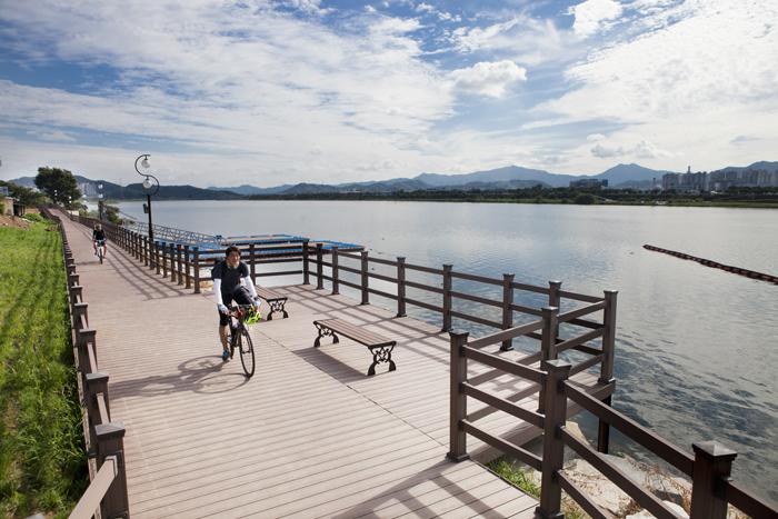 ▲ 시민들이 낙동강변에서 자전거를 타며 풍광을 즐기고 있다.