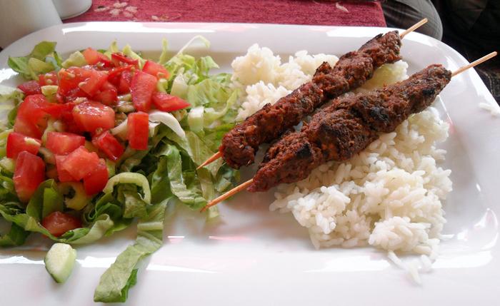 ▲ 터키 사람들은 여러 종류의 고기를 구워 빵, 채소 등과 함께 먹는 걸 즐긴다.