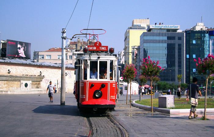 ▲ 이스탄불 거리를 오가는 빨간 노면전차는 재밌는 볼거리다.