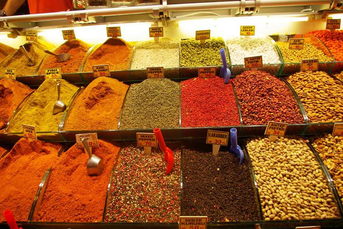 ▲ 터키 재래시장에선 다양한 색깔의 향신료들이 판매되고 있다.
