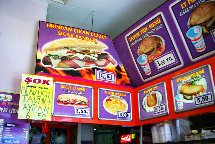 ▲ 터키식 패스트푸드를 판매하는 식당. 저렴하고 맛있는 것들이 많다.