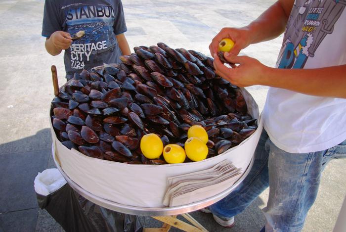 ▲ 홍합 속에 조미된 밥이 들어있는 터키 전통음식 `미드예 돌마`.