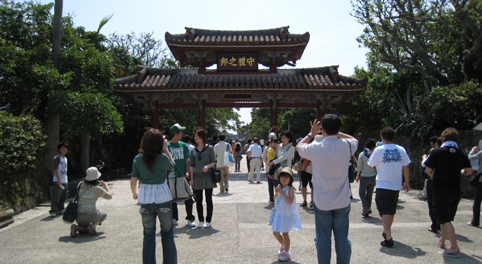 ▲ 오키나와 슈리성에서 한적한 오후를 즐기는 관광객들.