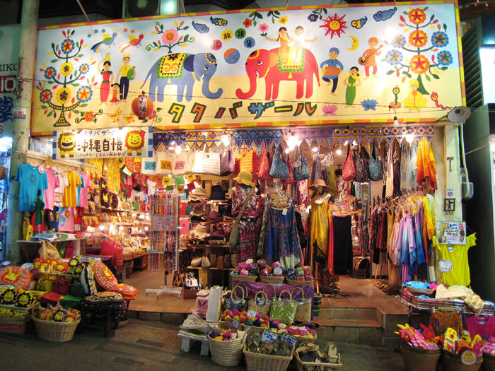 ▲ 오키나와를 찾은 관광객들의 즐거움 중 하나는 아기자기한 기념품을 구입하는 것이다.