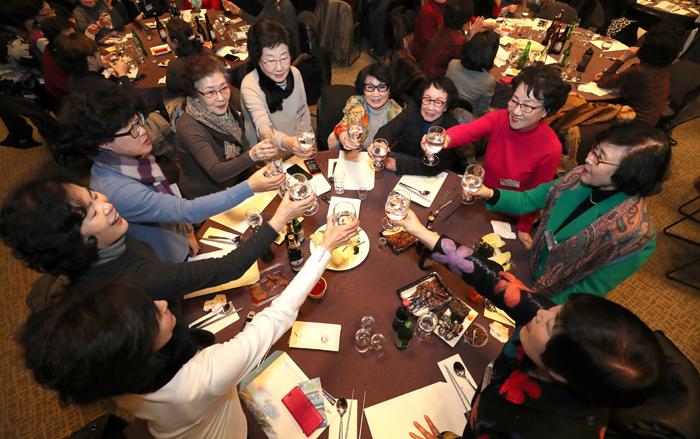 ▲ 오랜만에 한자리에 모인 향우회원들이 건배하며 한해의 안녕을 기원하고 있다.