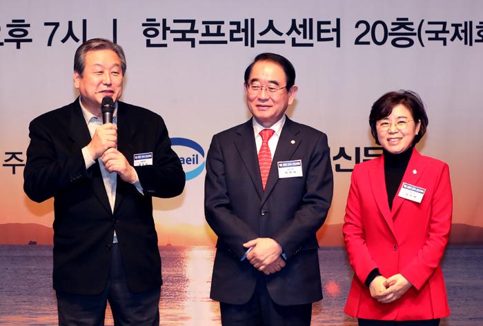 ▲ 김무성·박명재·김정재 자유한국당 국회의원(왼쪽부터)이 함께 무대에 나와 신년인사를 전하고 있다.