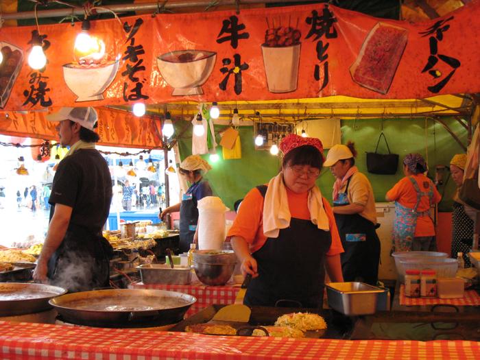 ▲ 오키나와 거리 곳곳에는 맛깔스럽고 저렴한 음식을 파는 노점이 흔하다.