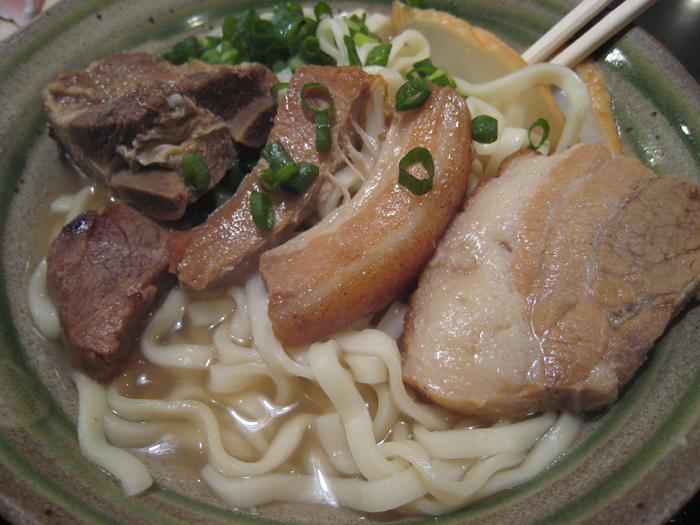 ▲ 고명으로 얹은 돼지고기가 맛있는 오키나와 소바.
