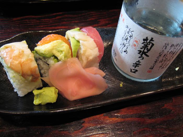 ▲ 일본 소주 한잔을 곁들이면 선술집 싸구려 초밥도 맛있다.