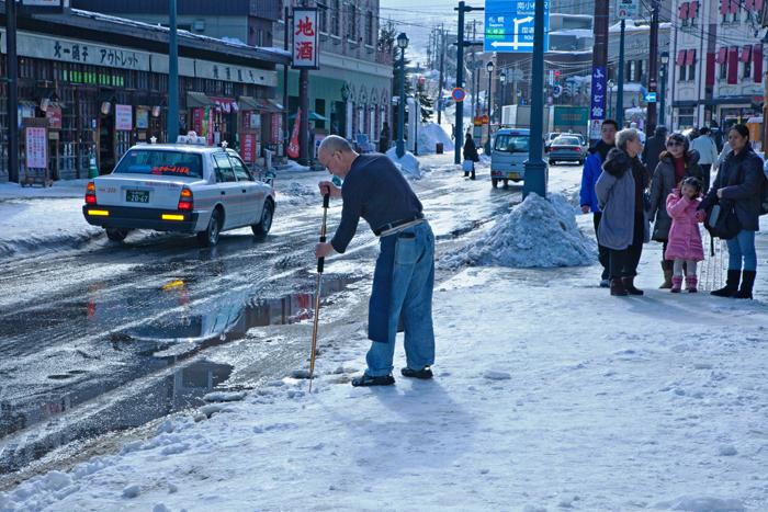 ▲ 눈 내린 거리를 오가는 삿포로 시민들.