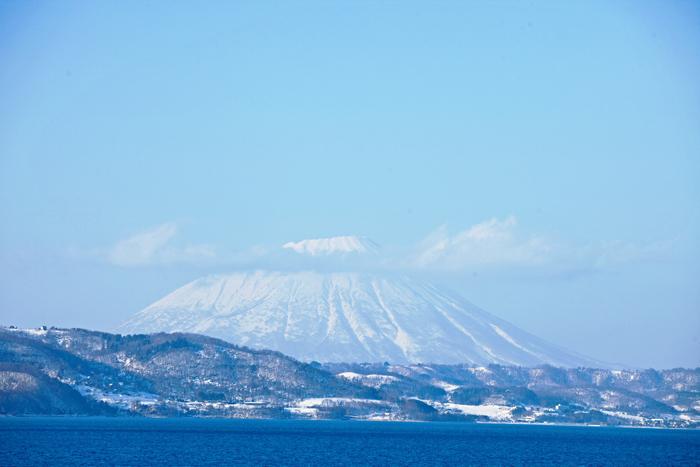 ▲ 푸른 호수와 설산이 여행자를 유혹하는 홋카이도.