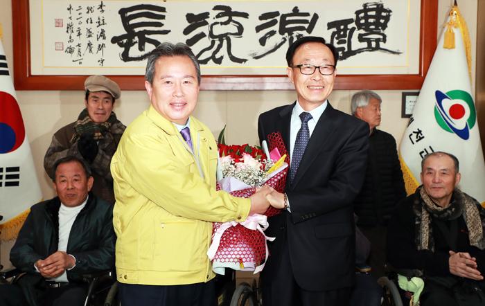 ▲ 이현준(왼쪽)예천군수가 이완희 장애인협회장과 기념촬영 하고 있다.