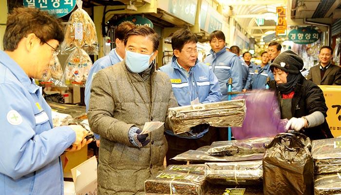 ▲ 포스코그룹 계열사 직원들이 재래시장 장보기 행사에서 물품을 구입하고 있다.