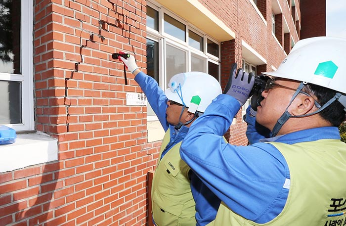 ▲ 포스코 직원들이 흥해 지진피해 현장을 찾아 건물 피해상황을 체크하고 있다.