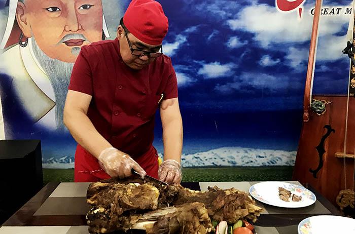 ▲ 몽골의 전통요리 '허르헉'을 만들고 있는 요리사.
