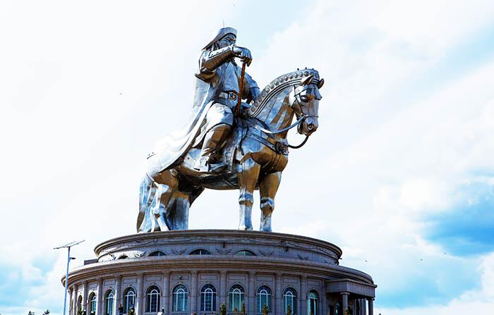 ▲ 몽골인들의 영웅인 칭기즈칸이 웅장한 조형물로 서 있다.