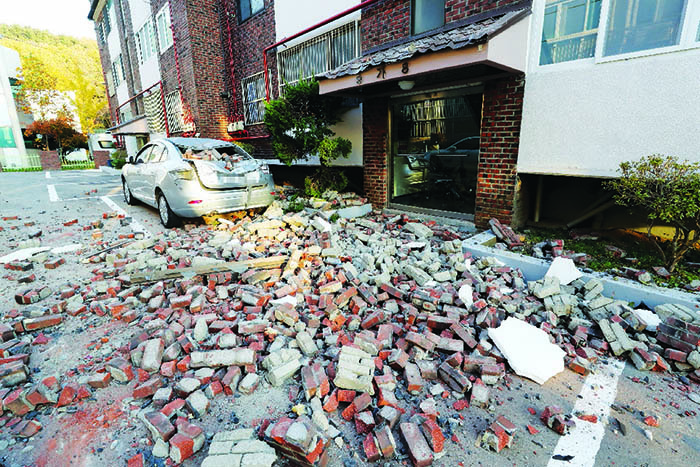 ▲ 지진의 충격으로 처참하게 파손된 빌라건물 외벽.