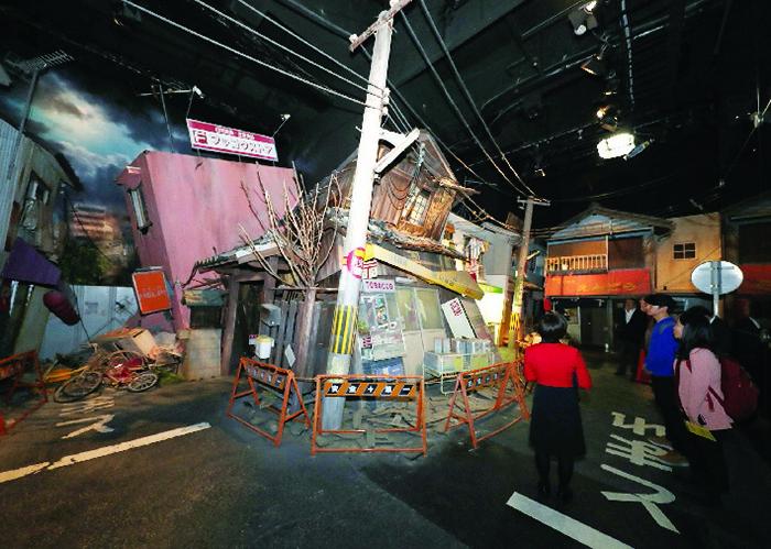 ▲ 오사카시 아베노 방재센터에는 한신·아와이 대지진으로 파괴된 도시 모습이 재현되어 있어 당시의 충격을 실감할 수 있다.