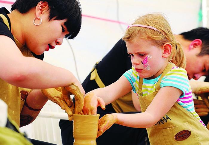 ▲ 문경 전통찻사발축제에 참가한 어린이가 도예체험을 하고 있다.