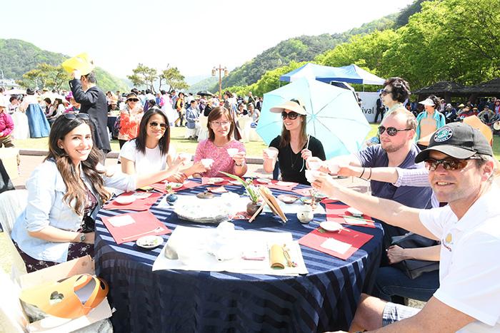 ▲ 외국인 관광객들이 '아름다운 찻자리 한마당' 행사에 참여해 차를 즐기며 정담을 나누고 있다.