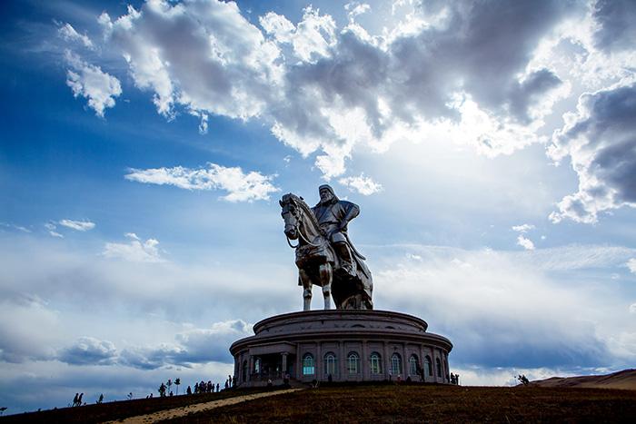 ▲ 거대한 조형물로 우뚝 서있는 몽골의 영웅 칭기즈칸.