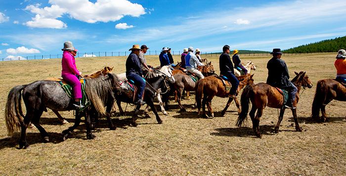 ▲ 몽골 관광지에서는 말에 오른 관광객들을 자주 보게 된다.