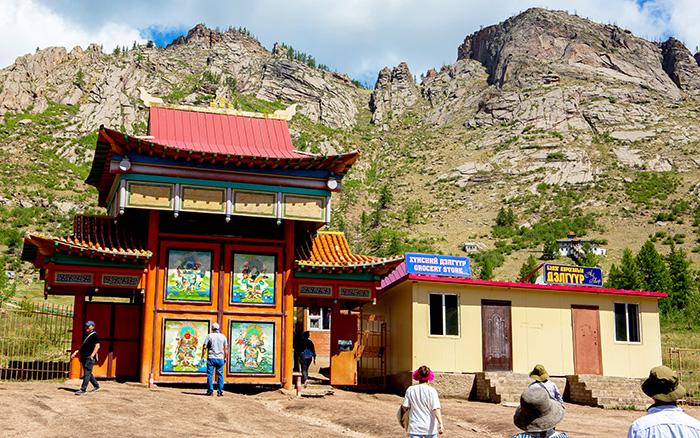 ▲ 깎아지른 바위산 아래 위치한 몽골의 전통사원.