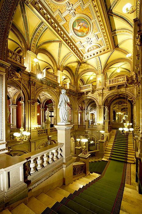 ▲ 미려한 장식물이 곳곳에 자리한 비엔나 국립 오페라극장 내부.
