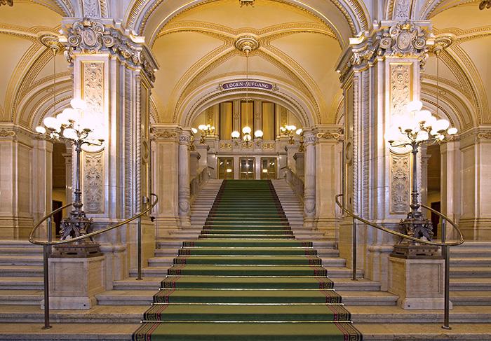 ▲ 비엔나 국립 오페라극장의 계단은 예술품에 가깝다.