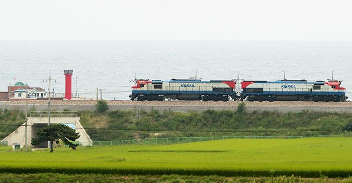 ▲ 올해 초 개통한 동해중부선 열차는 1차로 포항~영덕 구간을  운행하고 있다. 사진은 지난해 시범운행중인 모습.       /경북매일 DB