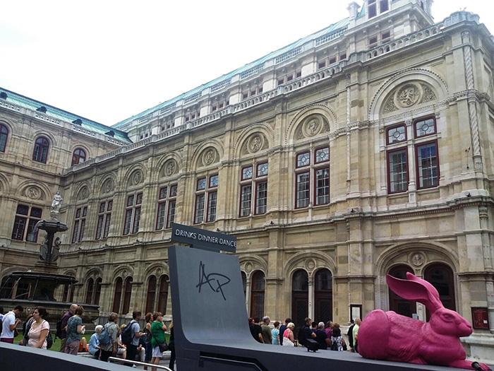 ▲ 긴 줄을 만들어내고 있는 비엔나 국립 오페라극장의 관객들.