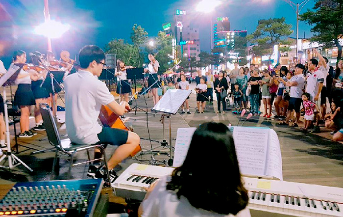 ▲ 영일대해수욕장을 찾은 사람들이 거리 공연을 즐기고 있다.
