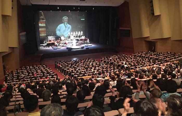 ▲ 가수 장사익의 포항 공연은 관객들의 뜨거운 호응을 받았다.