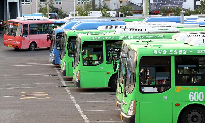 ▲ 포항시 양덕동 버스차고지에 시내버스들이 대기하고 있다. /이용선기자 photokid@kbmaeil.com