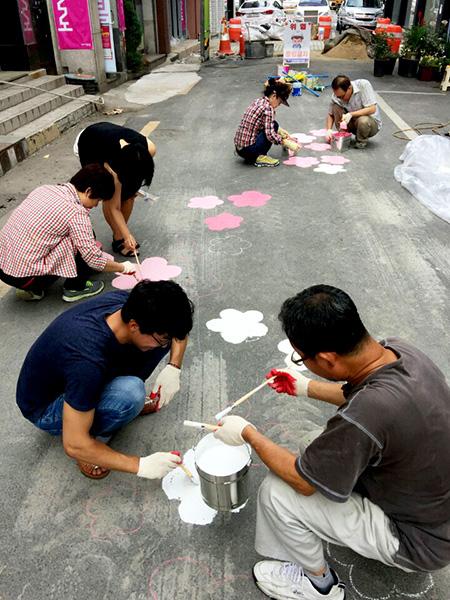 ▲ 꿈틀로 입주 예술가들이 바닥화 그리기 작업에 참여하고 있다.