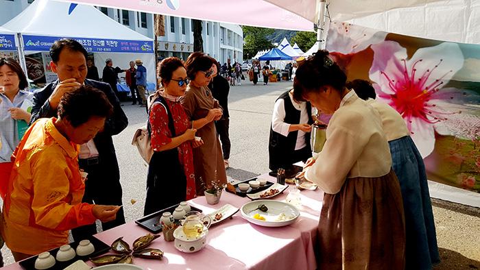 ▲ 지난해 '영덕 송이장터'를 찾은 관광객들이 송이버섯으로 만든 요리를 맛보고 있다.