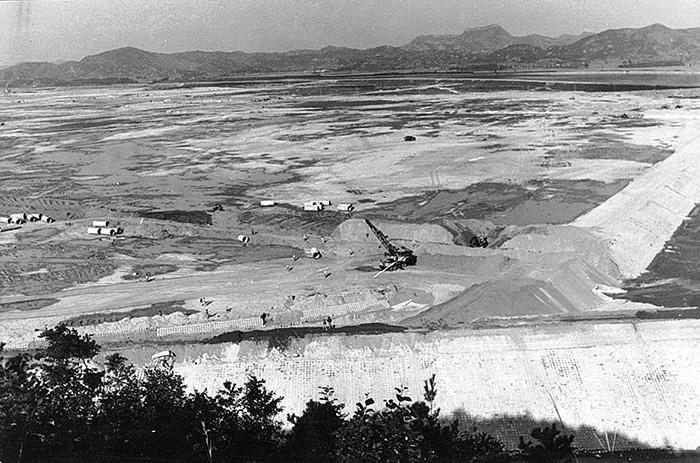 ▲ 1971년 구미공단 부지조성 공사 모습.