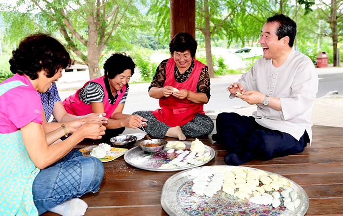 ▲ 김충섭(오른쪽) 김천시장이 송편을 빚으며 시민들과 담소를 나누고 있다.