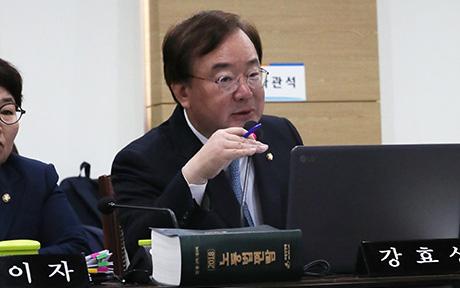 ▲ 11일 정부세종청사에서 열린 환경노동위 국정감사에서 자유한국당 강효상 의원이 질의를 하고 있다.   /연합뉴스