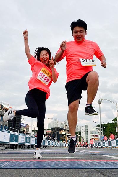 ▲ 5km 완주자들이 힘차게 결승선을 통과하고 있다.