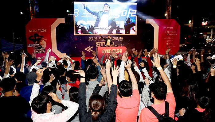 ▲ 인기 DJ 춘자가 애프터 DJ파티에서 마라톤 참가자와 시민에게 흥겨운 무대를 선사하고 있다.