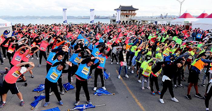 ▲ 철강마라톤 참가자들이 출발에 앞서 다 함께 준비운동을 하고 있다.